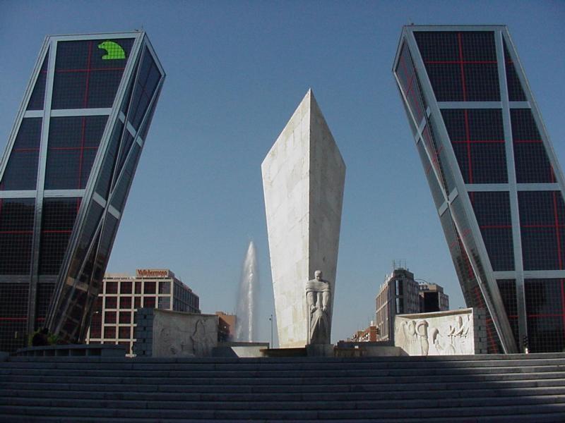 А в Мадриде есть два наклоненных /градусов под 15/ друг к другу